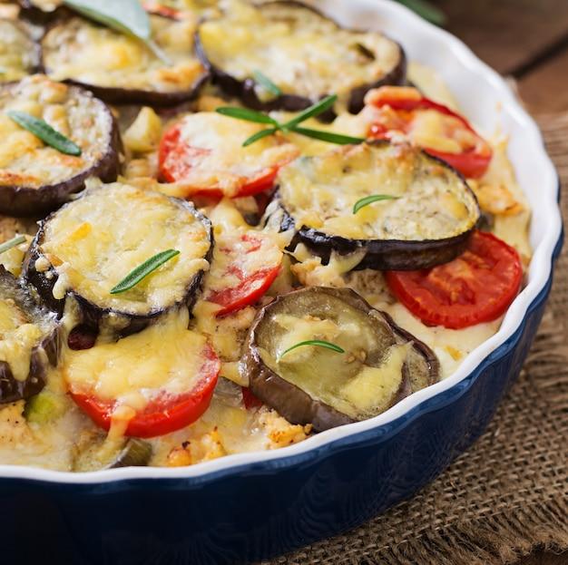 Moussaka (zapiekanka z bakłażana) - tradycyjne greckie danie