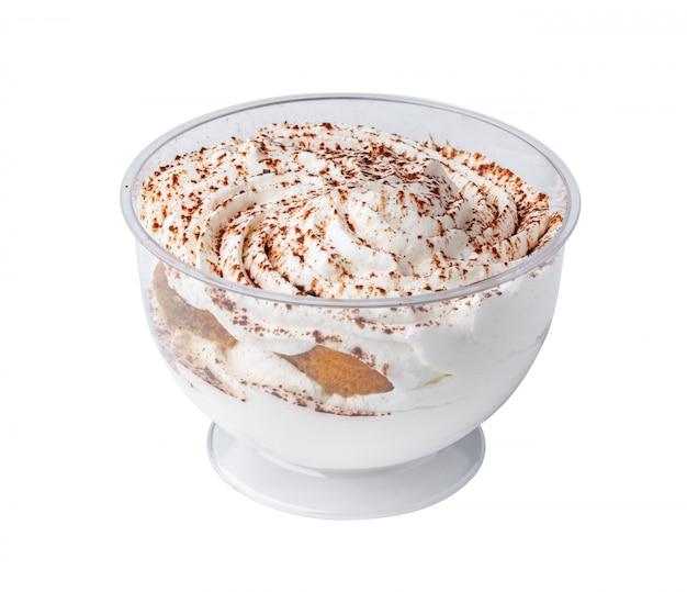Mousse deser w plastikowej filiżance odizolowywającej na bielu