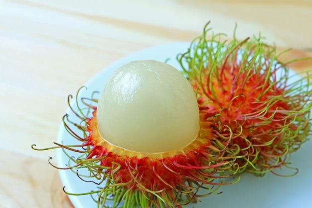Mouthwatering obrane dojrzałe świeże owoce jagnięciny na białym talerzu