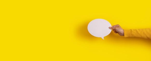 Mów ikonę dymka w ręku na żółtym tle, panoramiczny układ