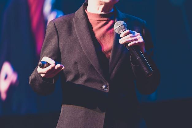 Mówca daje rozmowę w sali konferencyjnej na imprezie biznesowej. publiczność w sali konferencyjnej.