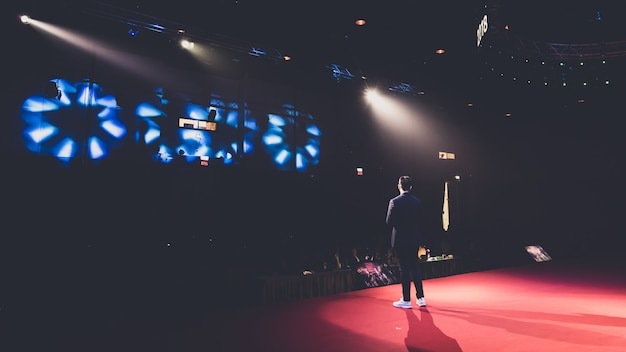Mówca na scenie w sali konferencyjnej