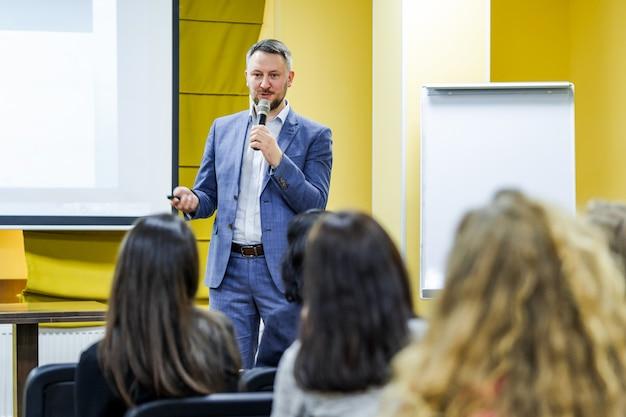 Mówca przemawia na konferencji