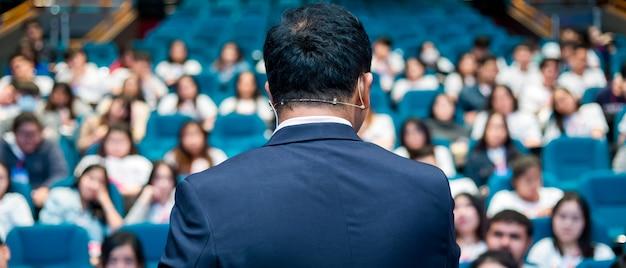 Mówca rozmawia o konferencji biznesowej.