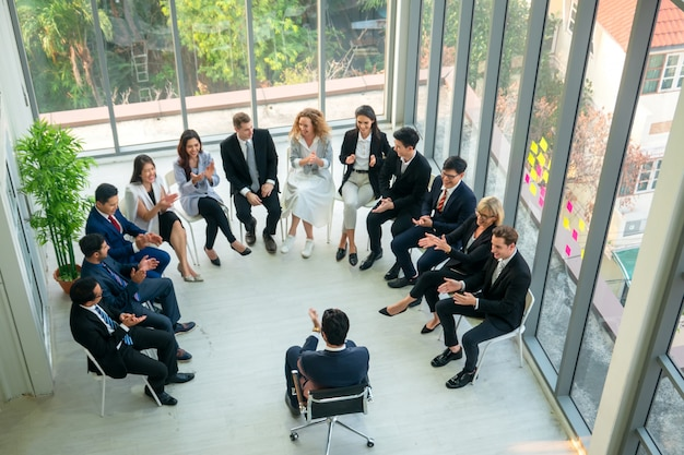 Mówca wygłasza przemówienie na spotkaniu biznesowym. publiczność w sali konferencyjnej. biznes i przedsiębiorczość. panoramiczna kompozycja odpowiednia na banery