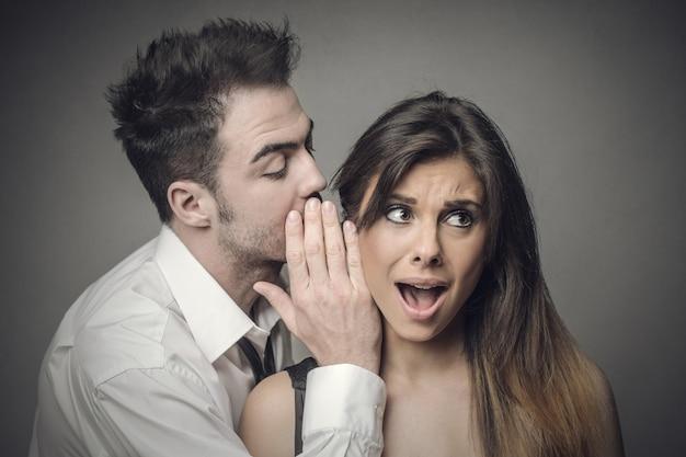 Mówienie komuś tajemnicy