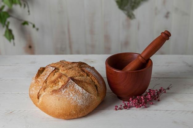 Moździerz i tłuczek do mielenia pszenicy i wypieku chleba