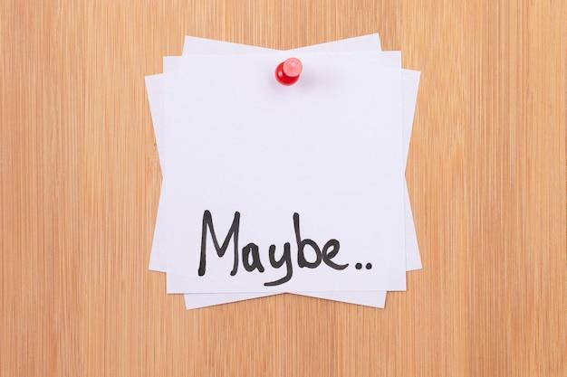 Może białe karteczki samoprzylepne ze słowem pisanym mogą być przypięte do drewnianej tablicy dyskusyjnej