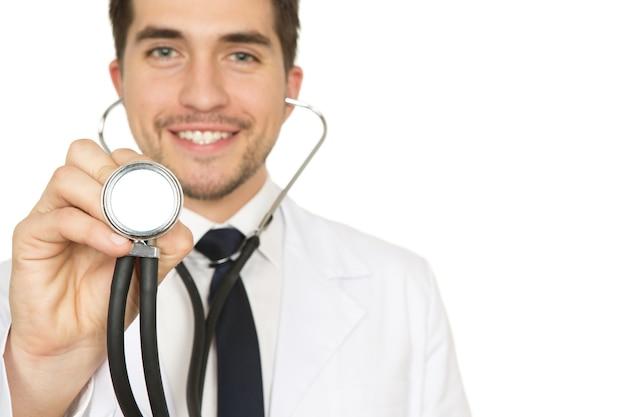Może być trochę zimno. selektywne fokus na stetoskop mężczyzna trzyma lekarza