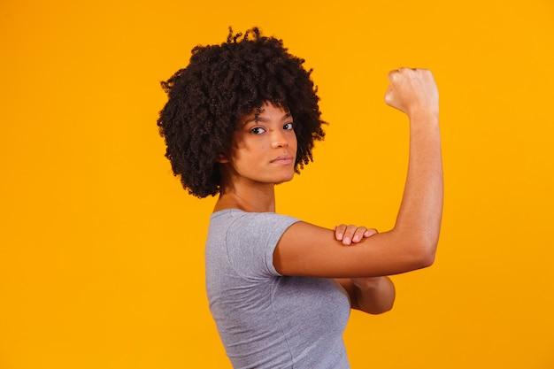 Możemy to zrobić. kobieca pięść kobiecej mocy.