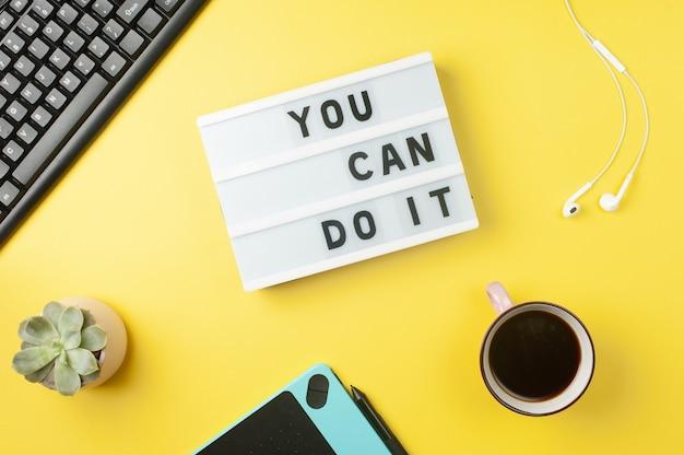 Możesz to zrobić - tekst na wyświetlaczu lightbox na żółtym tle stanowiska pracy. motywacyjne słowa.