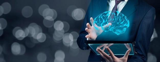 Mózg ręki człowieka na ekranie na nowoczesnym cyfrowym tablecie