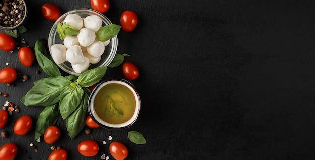 Mozzarella i pomidorki koktajlowe z liśćmi bazylii