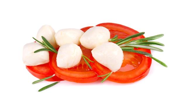 Mozzarella z pomidorem i rozmarynem odizolowywającymi. włoskie składniki żywności
