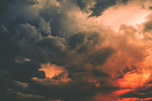 Mroczna chmura burzowa