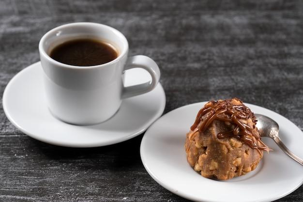 Mrowisko na talerzu z filiżanką kawy