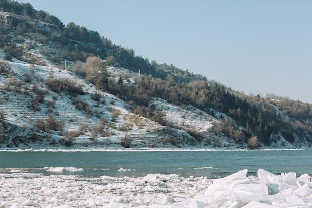 Mroźny zimowy dzień nad rzeką w słoneczny dzień