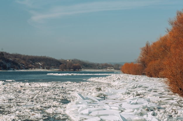Mroźny zimowy dzień nad rzeką