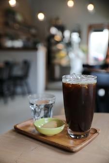 Mrożona czarna kawa na stole w kawiarni