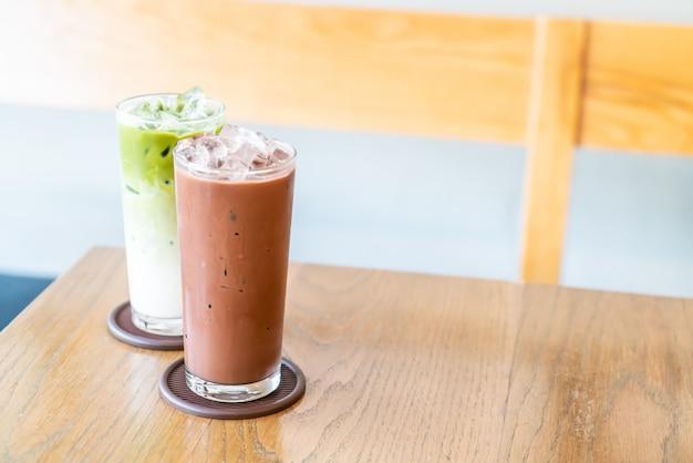 Mrożona czekolada i mrożona zielona herbata mrożona na stole z drewna