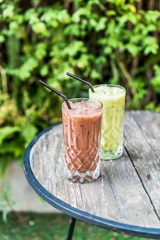 Mrożona czekolada i szklanka zielonej herbaty matcha na stole