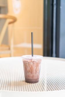 Mrożona czekolada mleczna w kawiarni kawiarni
