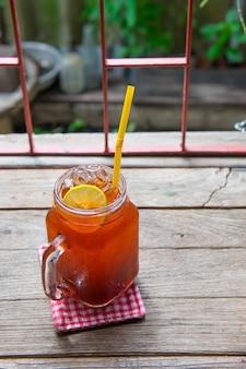 Mrożona herbata cytrynowo-limonkowa na stole vitage w dzbanku