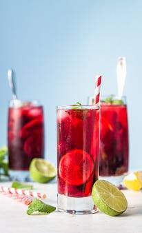 Mrożona herbata hibiskusowa lub lemoniada z malinami, jeżynami, miętą i cytrusami.