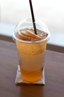 Mrożona herbata jabłkowa na letni napój