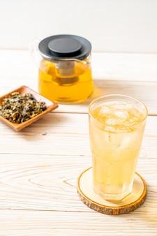 Mrożona herbata jaśminowa na drewnie