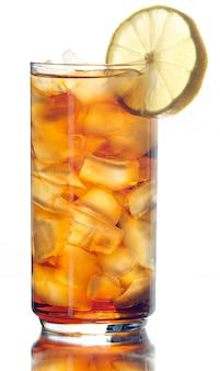 Mrożona herbata na białym tle z plasterkiem cytryny