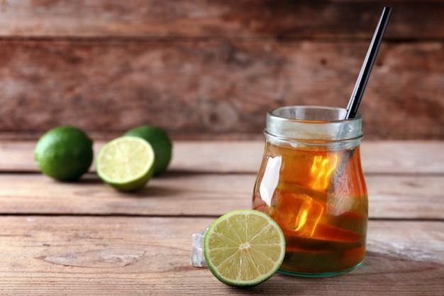 Mrożona herbata z cytryną na drewnianym tle