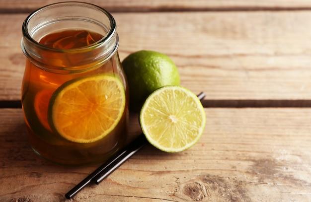 Mrożona herbata z cytryną na drewnie
