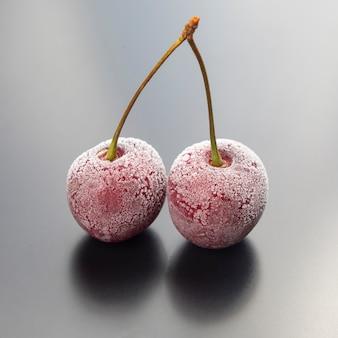 Mrożona jagoda wiśniowa. owoce i witaminy. zdrowa żywność na śniadanie. owoce roślinności. deser owocowy