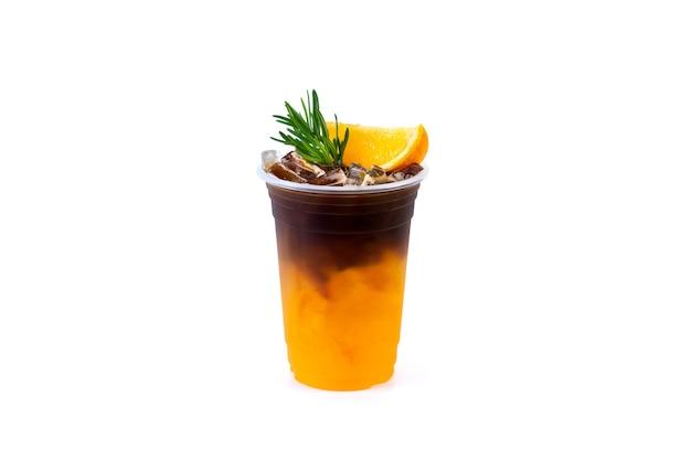 Mrożona kawa americano czarna mieszanka soku pomarańczowego na białym tle.
