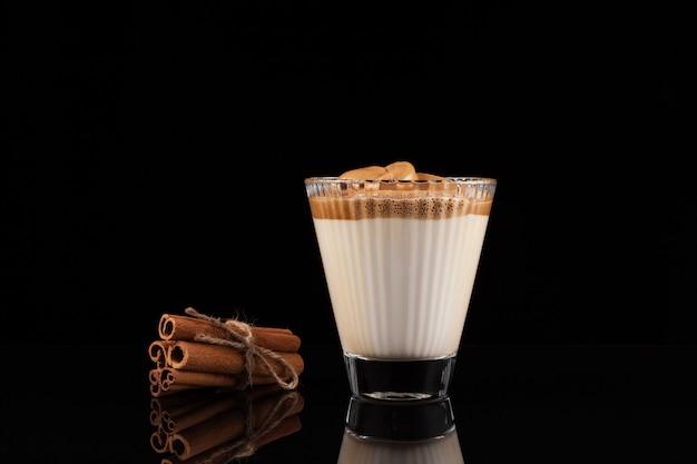 Mrożona kawa dalgona w pięknym szkle.