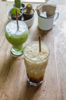 Mrożona kawa i mrożona zielona herbata