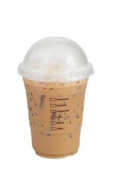 Mrożona kawa mocha w plastikowym kubku na białym tle.