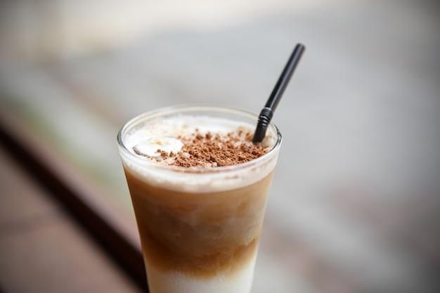 Mrożona kawa na letnim tarasie kawiarni.