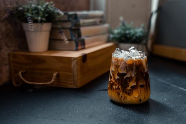 Mrożona kawa serwowana na czarnym stole w kawiarni