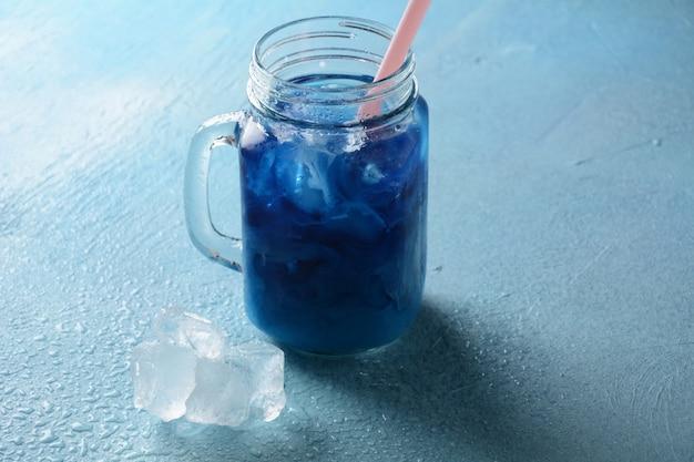 Mrożona latte z groszkiem motylkowym. zdrowy letni zimny napój, mrożona organiczna herbata z niebieskiego i fioletowego groszku motylkowego
