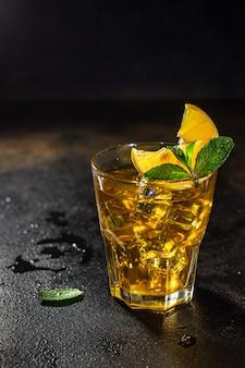 Mrożona lemoniada lub koktajl cytrynowy na wynos porcja mrożonej herbaty