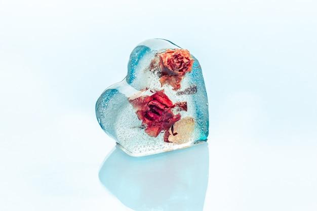 Mrożona róża w kostce lodu w kształcie serca