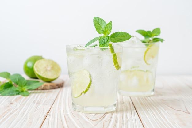 Mrożona soda limonkowa z miętą - napój orzeźwiający