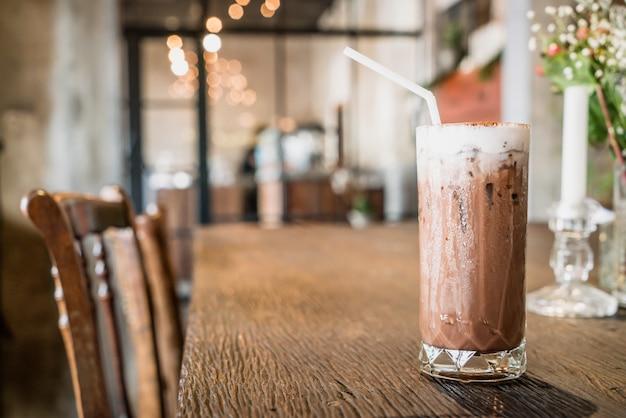 Mrożona szklanka czekolady w kawiarni