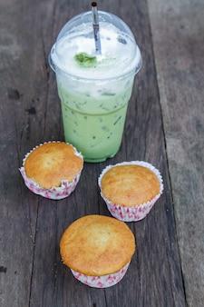 Mrożona zielona herbata i ciasto bananowe