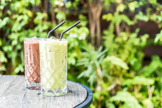 Mrożona zielona herbata matcha i szklanka czekolady na stole