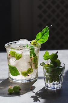 Mrożona zielona herbata z melisą i agrestem oraz kostkami lodu