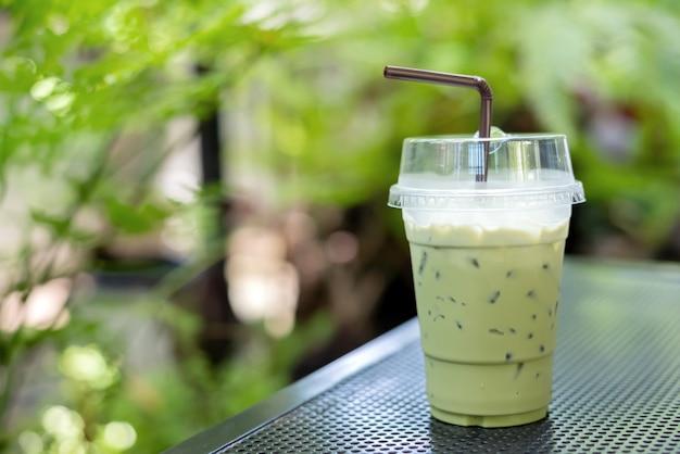 Mrożona zielona herbata z mlekiem. słodki napój na relaks w ogrodzie