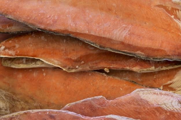 Mrożone czerwone filety rybne w sklepie. zbliżenie.
